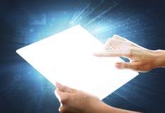 Mãos que tocam em uma tabuleta transparente Fotografia de Stock