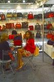 Mos Shoes International especializó la exposición para el calzado, los bolsos y los accesorios los bolsos Imágenes de archivo libres de regalías