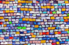 Mosaïque argile colorée sur le mur Image stock
