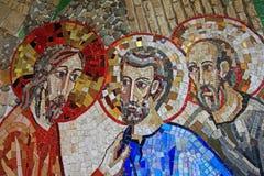 Mosaïque colorée dans le patio de l'église de Polloc Images stock