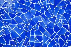 Mosaïque de tuiles cassée par trencadis bleus Photo stock