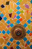 Mosaïque en céramique aléatoire avec la cuvette rouge images libres de droits