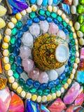 Mosaïque en verre colorée et tasse en céramique Images libres de droits