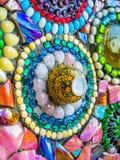Mosaïque en verre colorée et tasse en céramique Image libre de droits
