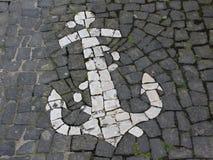 Mosaïque, présentée sur le trottoir sous forme d'ancre, dans une ville côtière près de l'Océan Atlantique Photographie stock libre de droits
