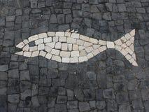 Mosaïque, présentée sur le trottoir sous forme de poissons, dans une ville côtière près de l'Océan Atlantique Photos libres de droits