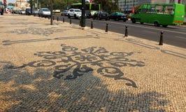 Mosaïque traditionnelle portugaise sur le trottoir à Lisbonne Photographie stock