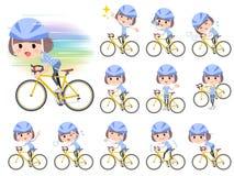 Mosa kvinnor för hårblåttkläder rider på den red cykeln Arkivfoto
