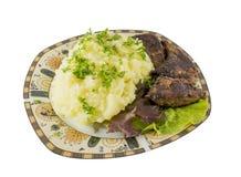 Mosad potatis med stekt isolerade lever och grön sallad arkivbild
