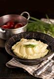 Mosade potatisar i bunke på trätabellen Arkivfoto
