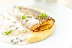 Mosade potatisar med den stekt fisken och vit sås Royaltyfri Fotografi