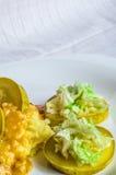 Mosade potatisar, skivor för skypolytoekött av stekt kött Sallad av kinakål Arkivfoton