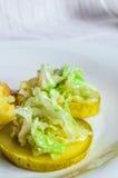 Mosade potatisar, skivor för skypolytoekött av stekt kött Sallad av kinakål Royaltyfri Bild