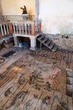 Mosaici e statua dentro Basilica di Aquileia immagini stock libere da diritti