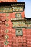 Mosaico colorido contra la pared roja Fotos de archivo libres de regalías