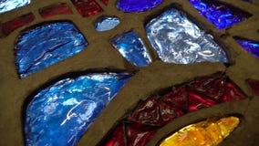 Mosaico de cristal de diversos pedazos con las luces coloridas en el movimiento almacen de metraje de vídeo
