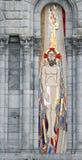 Mosaico de Jesús a la izquierda de la entrada de la basílica de Lourdes Foto de archivo libre de regalías