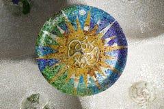 Mosaico de la rueda coloreada de la baldosa cerámica coloreada de Antoni Gaudi en su Parc Guell, Barcelona, España Foto de archivo