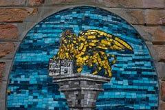 Mosaico de oro del león de Venecia en la pared Foto de archivo libre de regalías