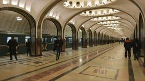 Mosaico del soffitto sulla stazione della metropolitana Mayakovskaya a Mosca stock footage