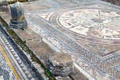 mosaico del tetto nella vecchia colonna della città immagini stock