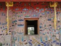 Mosaico della parete esterna ad un tempio in Luang Prabang Immagini Stock