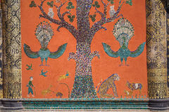 Mosaico di vetro alla parete del tempio della cinghia del xieng del wat, prabang di Luang Fotografia Stock