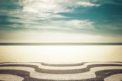Mosaico en la playa de Copacabana en Rio de Janeiro imagenes de archivo