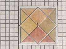 Mosaico geometrico della via con l'ombra del ` s degli uomini in fuco immagine stock