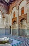 Mosaico ornamentado e carvings em um pátio de um medersa marroquino Imagem de Stock