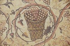 Mosaico romano antigo do assoalho em Saint Stevens Church em um local arqueológico Umm em AR-Rasas, Jordânia foto de stock