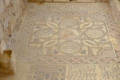 Mosaico romano antigo do assoalho em Saint Stevens Church em um local arqueológico Umm em AR-Rasas, Jordânia imagem de stock royalty free