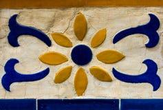 Mosaico tailandese e decorazione ceramica della parete in tempio tailandese immagini stock