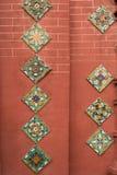 Mosaico variopinto contro la parete rossa Immagini Stock