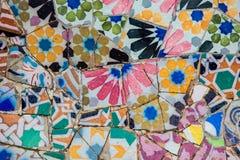 Mosaicos cerâmicos no parque Guell por Antoni Gaudi Fotografia de Stock Royalty Free