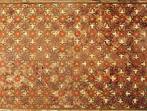 Mosaicos geométricos coloreados de talla de madera del techo en Isfahán imagen de archivo
