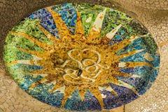 Mosaicos quebrados da telha de TrencadÃs no teto no parque Guell imagem de stock