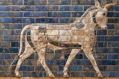 Mosaik av en tjur på den Ishtar porten Royaltyfri Fotografi