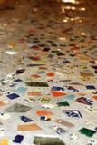Mosaik deckte Beton mit Ziegeln Stockbild