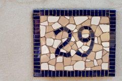 Mosaik deckte Zeichen der Nr. neunundzwanzig für Haus mit Ziegeln Stockbilder