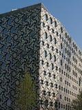 Mosaik- fasad av Ravensbourne universitetsområdebyggnad, en universitethögskola för digitalt massmedia och design bredvid arenan  royaltyfri foto