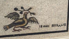 Mosaik med datumet av tragedin - 18 mars 2015 i det Bardo museet i Tunisien arkivfoton