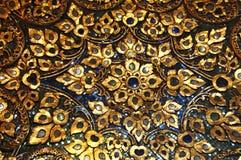 Mosaik mit Detail des Blumenholzschuhs des Goldblauen Schwarzen Bangkok, Thailand Stockfoto