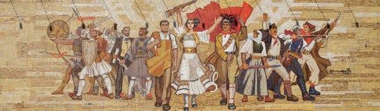 Mosaik ovanför det nationella historiemuseet som presenterar socialistisk propaganda och den heroiska revolutionären, Tirana Arkivbild