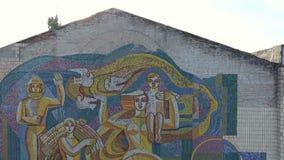 Mosaik på byggnaden i staden stock video
