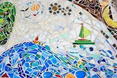 Mosaik på väggen som göras av brutna kulöra tegelplattor Arkivfoto