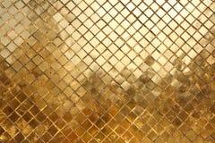 Mosaik som göras av guldtegelplattor, bakgrund Royaltyfri Fotografi