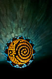 Mosaik tänd boll med solen, månen och spiral design i verticallposition arkivfoton