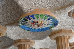 Mosaikdecken des Raumes von 100 Spalten am Park Guell in Barcelona Lizenzfreie Stockbilder