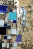 Mosaikdetail über Steinwand Stockbilder